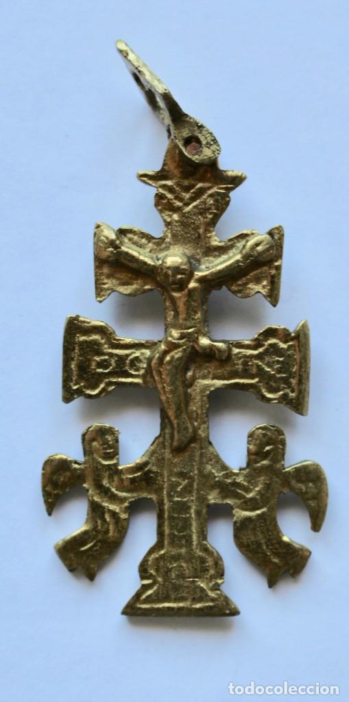 ANTIGUO COLGANTE CRUZ DE CARAVACA- DOBLE CARA- BRONCE- 5,7 X 3,4 CM. (Antigüedades - Religiosas - Cruces Antiguas)