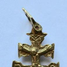 Antigüedades: ANTIGUO COLGANTE CRUZ DE CARAVACA- DOBLE CARA- BRONCE- 5,7 X 3,4 CM.. Lote 194297547