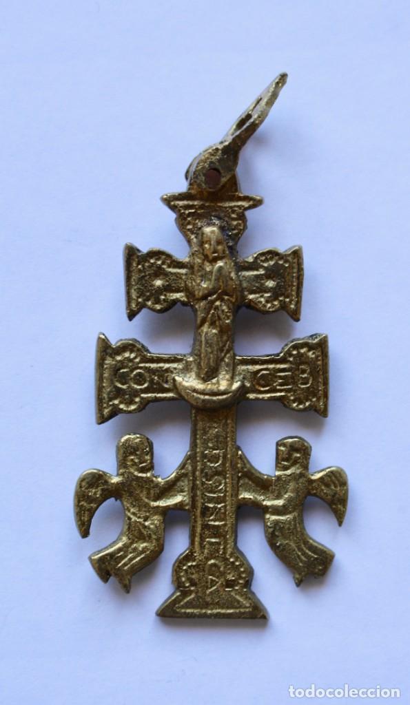 Antigüedades: ANTIGUO COLGANTE CRUZ DE CARAVACA- DOBLE CARA- BRONCE- 5,7 X 3,4 CM. - Foto 2 - 194297547