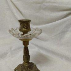 Antigüedades: PEQUEÑO CANDELABRO DE BRONCE Y CRISTAL. SE ADMITEN OFERTAS. Lote 194298687