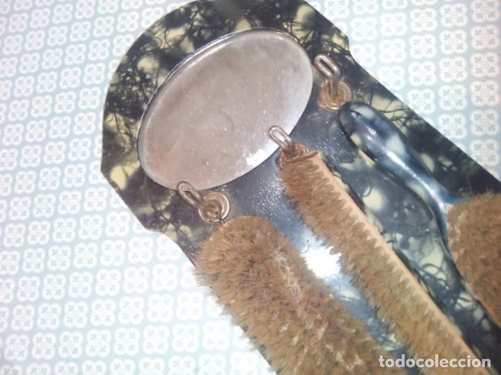 Antigüedades: Antiguo colgador con espejo y cepillos principios sigloxx - Foto 6 - 194299272