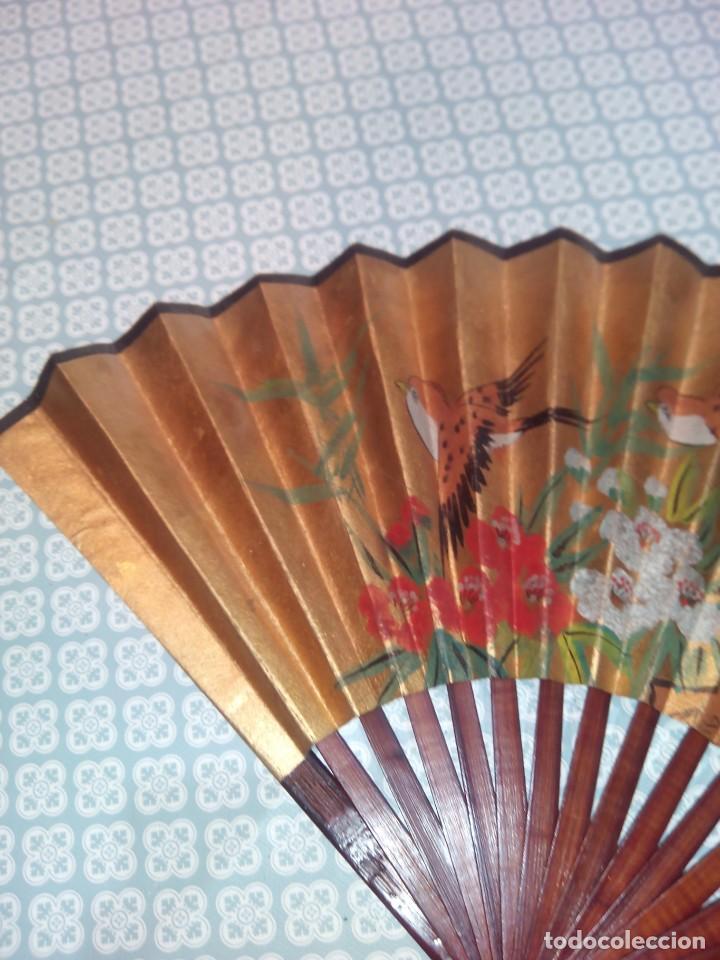 Antigüedades: Impresionante abanico de papel y madera pintado a mano sigloxx - Foto 2 - 194303770