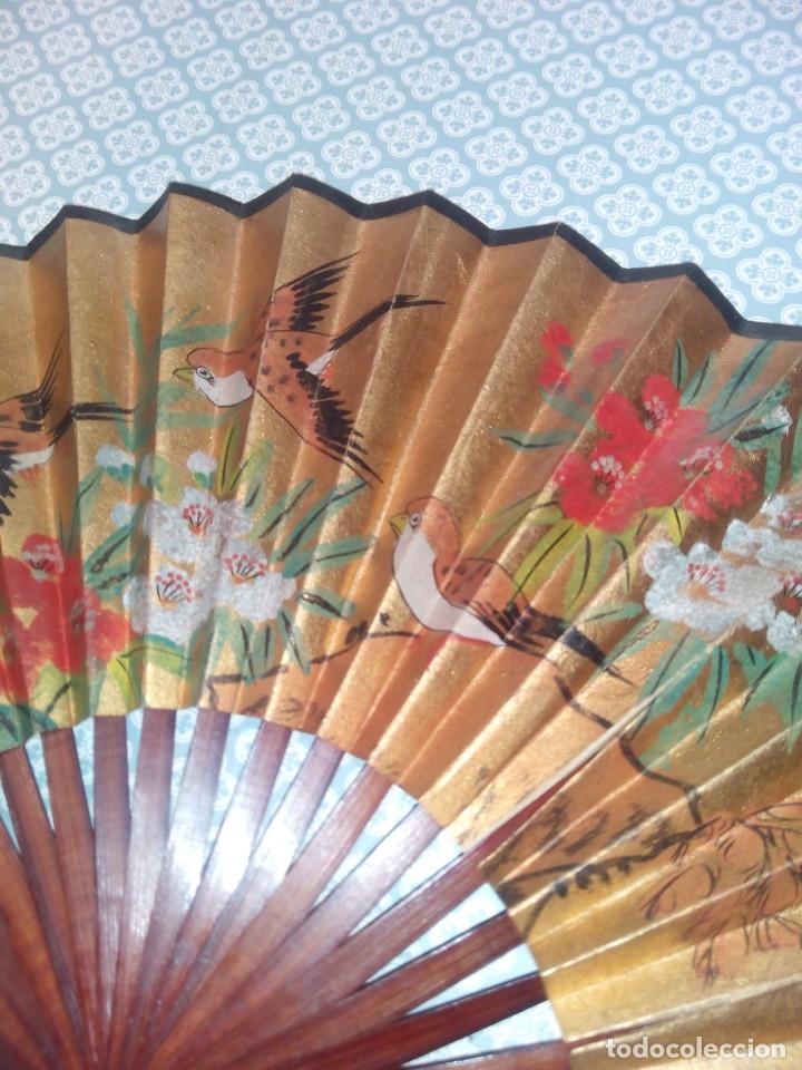 Antigüedades: Impresionante abanico de papel y madera pintado a mano sigloxx - Foto 3 - 194303770