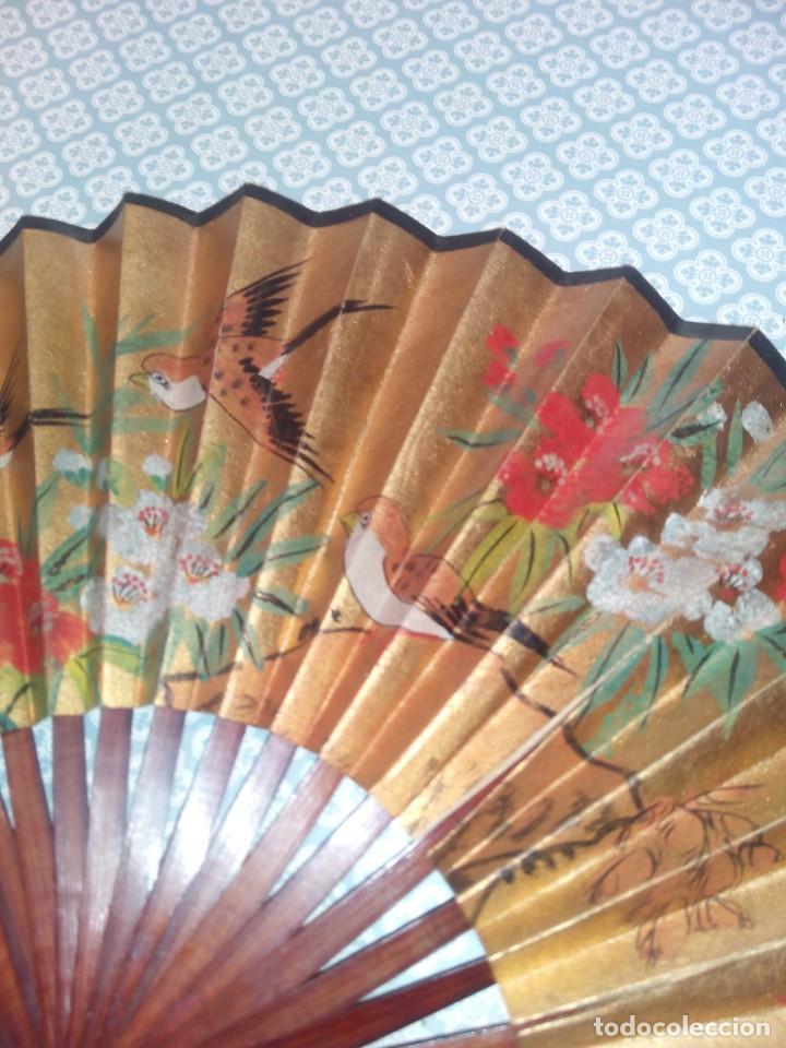 Antigüedades: Impresionante abanico de papel y madera pintado a mano sigloxx - Foto 5 - 194303770