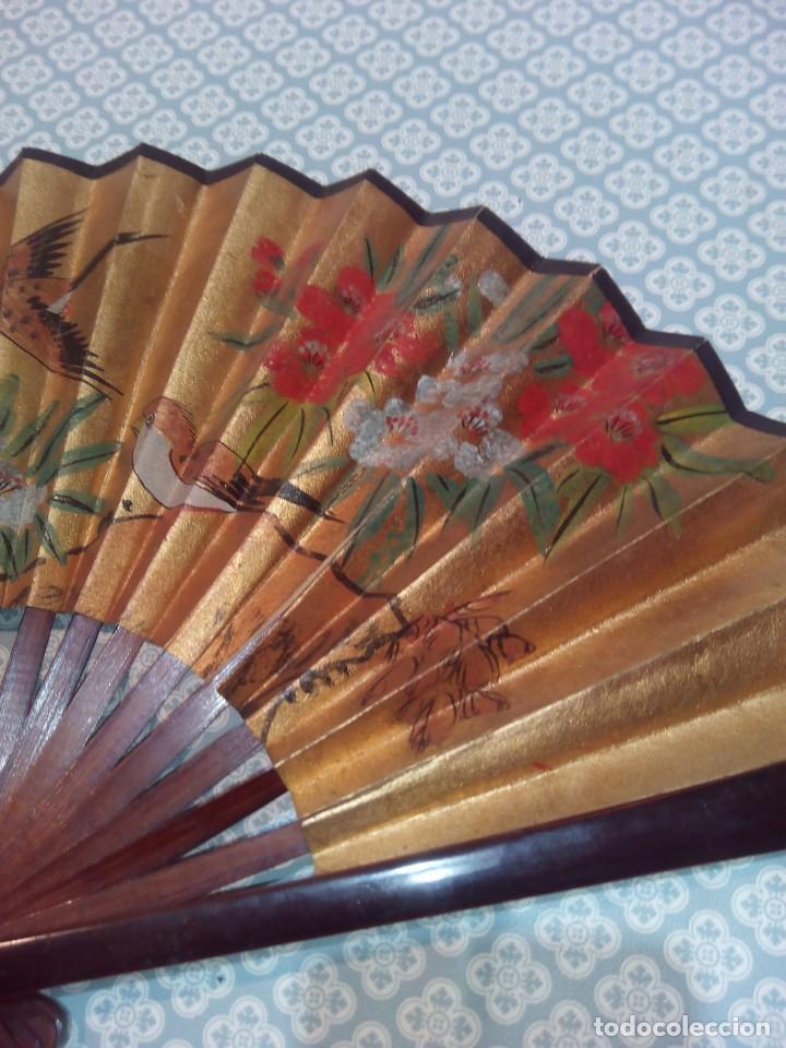 Antigüedades: Impresionante abanico de papel y madera pintado a mano sigloxx - Foto 6 - 194303770