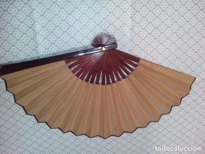 Antigüedades: Impresionante abanico de papel y madera pintado a mano sigloxx - Foto 8 - 194303770