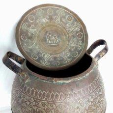 Antigüedades: VIEJA OLLA O CALDERO DE COBRE CON DIBUJOS CINCELADOS. Lote 194307041