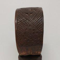 Antigüedades: CENCERRO CON COLLAR MADERA TALLADA. Lote 194307927