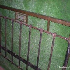 Antigüedades: CABECERO DE CAMA EN METAL ,ANCHO 135CM X 113CM ALTURA. Lote 194318778