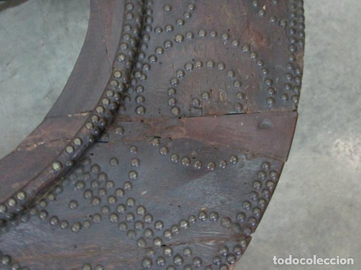 Antigüedades: Antigua Mesa de Centro - Mesa Brasero, con Pala - Madera con Tachuelas - Patas Torneadas - Foto 17 - 194320287