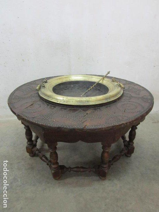 ANTIGUA MESA DE CENTRO - MESA BRASERO, CON PALA - MADERA CON TACHUELAS - PATAS TORNEADAS (Antigüedades - Muebles Antiguos - Mesas Antiguas)