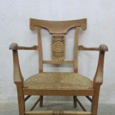 Antigüedades: SILLÓN ESTILO CARLOS IV - MADERA DE NOGAL, CON FINA TALLA - ASIENTO EN ENEA - FINALES S. XVIII. Lote 194324161