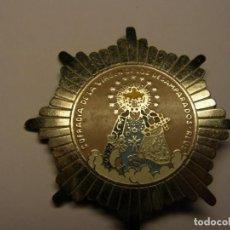 Antigüedades: MEDALLA INSIGNIA DE LA COFRADIA DE LA VIRGEN DE LOS DESEMPARADOS, REUS.. Lote 194327623
