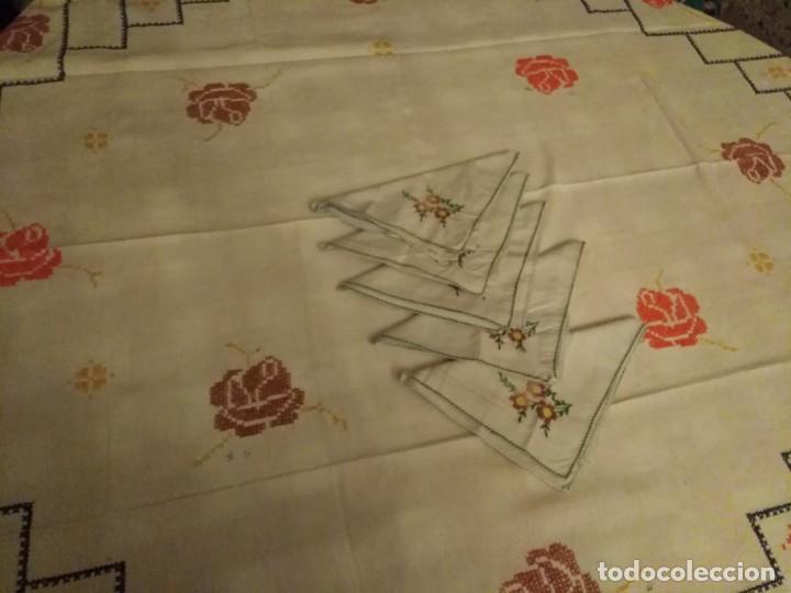 Antigüedades: Mantel color blanco de algodón bordado a mano punto de cruz 5 servilletas a juego. - Foto 2 - 194332304