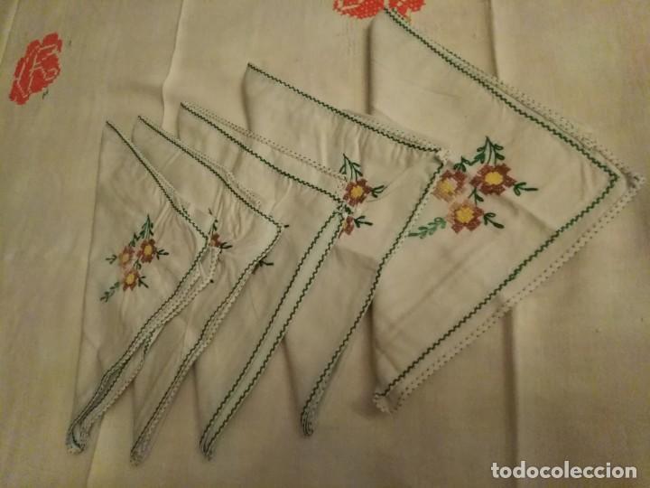 Antigüedades: Mantel color blanco de algodón bordado a mano punto de cruz 5 servilletas a juego. - Foto 3 - 194332304