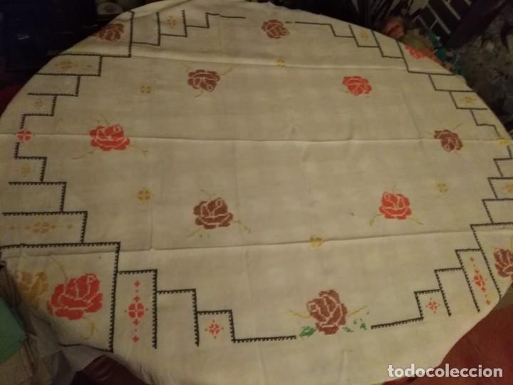 Antigüedades: Mantel color blanco de algodón bordado a mano punto de cruz 5 servilletas a juego. - Foto 4 - 194332304