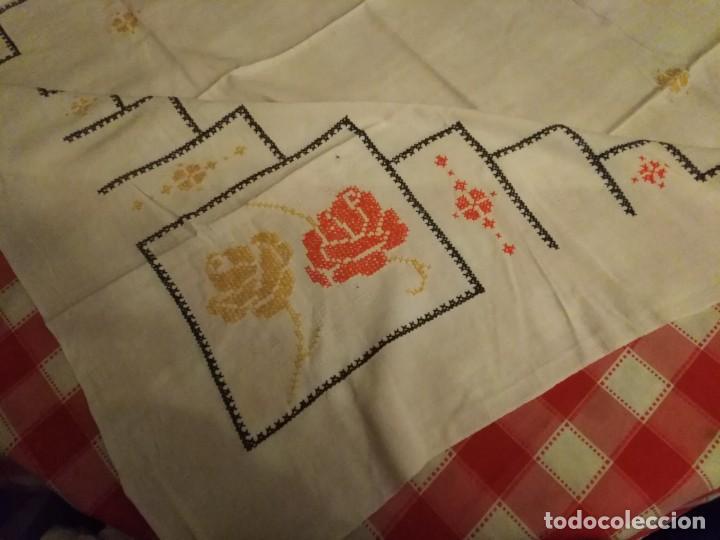 Antigüedades: Mantel color blanco de algodón bordado a mano punto de cruz 5 servilletas a juego. - Foto 5 - 194332304