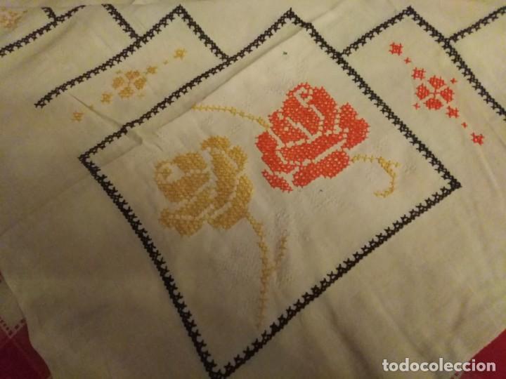 Antigüedades: Mantel color blanco de algodón bordado a mano punto de cruz 5 servilletas a juego. - Foto 6 - 194332304