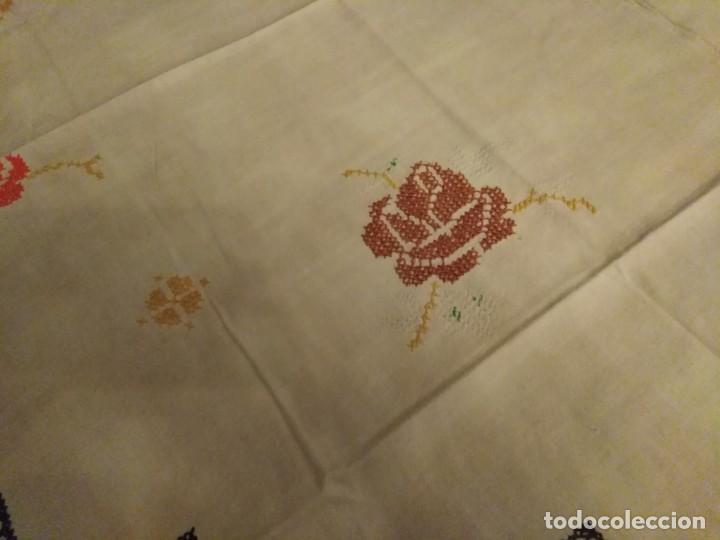 Antigüedades: Mantel color blanco de algodón bordado a mano punto de cruz 5 servilletas a juego. - Foto 7 - 194332304