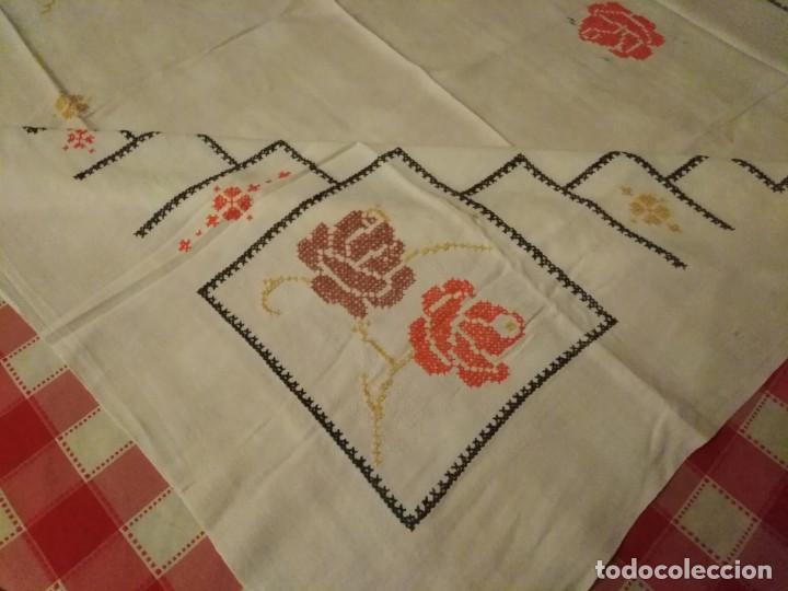 Antigüedades: Mantel color blanco de algodón bordado a mano punto de cruz 5 servilletas a juego. - Foto 8 - 194332304
