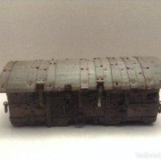 Antigüedades: ANTIGUA CAJA MINIATURA DE BAÚL. Lote 194332508