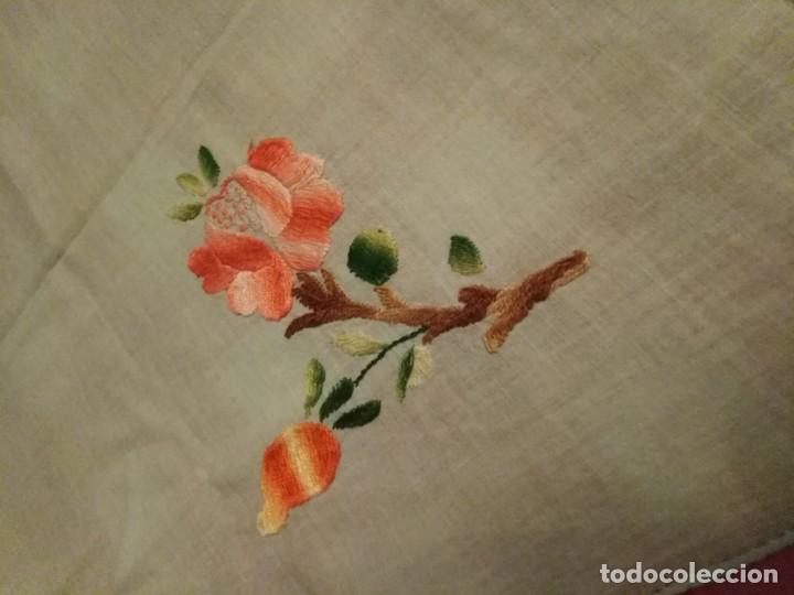 Antigüedades: Mantel para mesa pequeña color verde bordado a mano con servilletas a juego - Foto 2 - 194332777