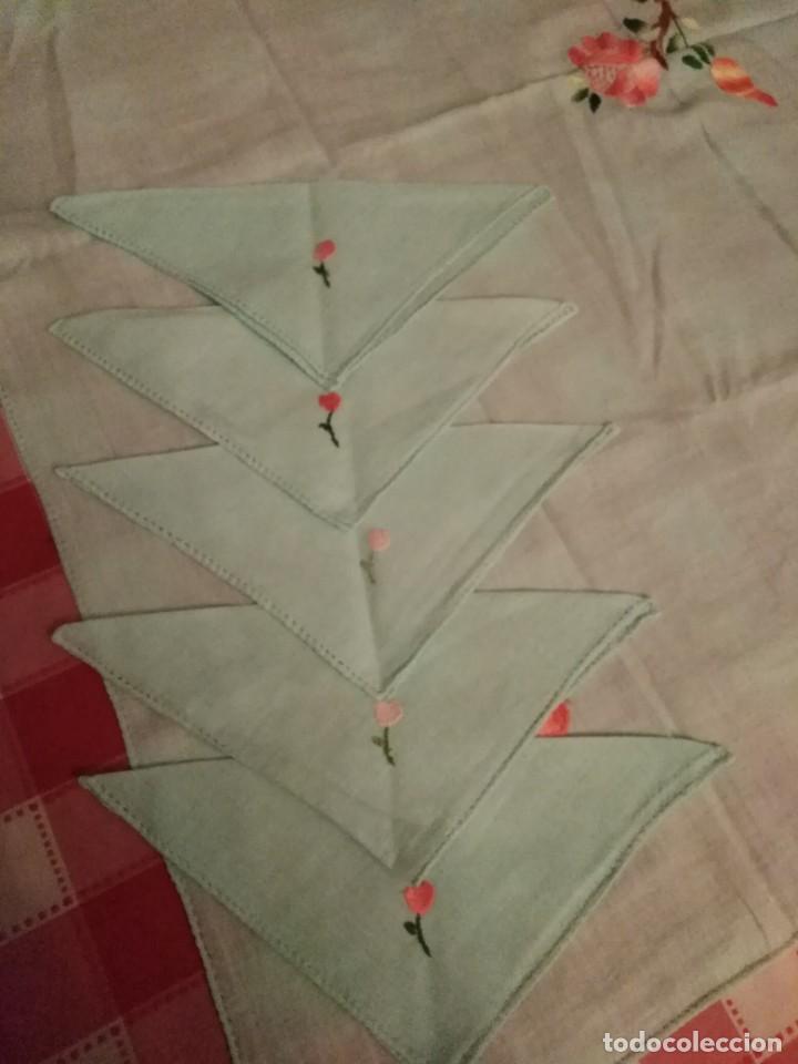 Antigüedades: Mantel para mesa pequeña color verde bordado a mano con servilletas a juego - Foto 3 - 194332777