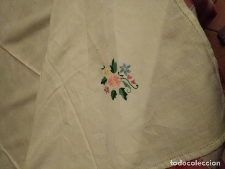 Antigüedades: Mantel color blanco de algodón con flores bordadas a mano. - Foto 2 - 194335742