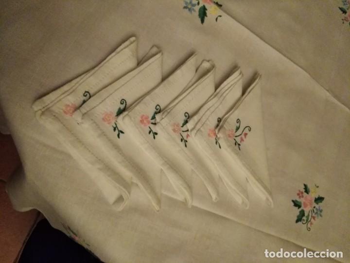 Antigüedades: Mantel color blanco de algodón con flores bordadas a mano. - Foto 3 - 194335742