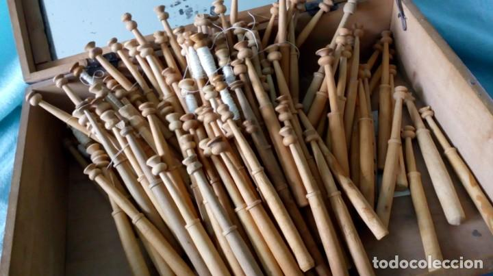 Antigüedades: CAJA DE MADERA ANTIGUA CON 100 BOLILLOS ANTIGUOS - Foto 3 - 194348943