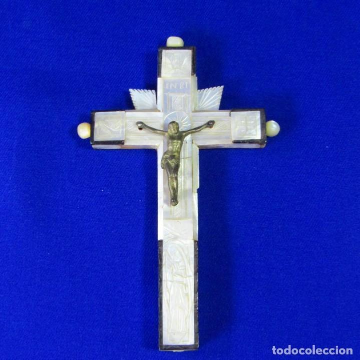 CRUZ DE JERUSALÉN EN MADERA Y NÁCAR CON CRUCIFICADO EN METAL. SIGLO XIX. (Antigüedades - Religiosas - Crucifijos Antiguos)