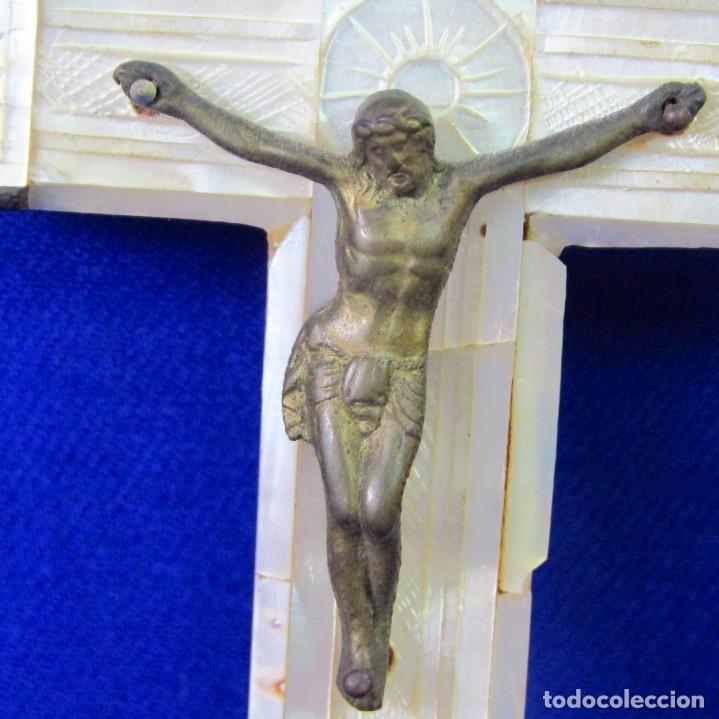 Antigüedades: Cruz de Jerusalén en madera y Nácar con crucificado en metal. Siglo XIX. - Foto 3 - 194364515