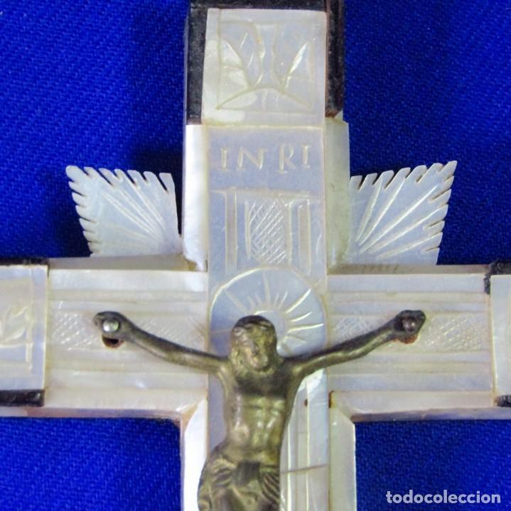Antigüedades: Cruz de Jerusalén en madera y Nácar con crucificado en metal. Siglo XIX. - Foto 4 - 194364515