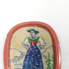 Antigüedades: MUY ANTIGUO BROCHE DE PERSONAJE CON TRAJE REGIONAL BORDADO EN HILO . TIROL . AUSTRIA. Lote 194383352
