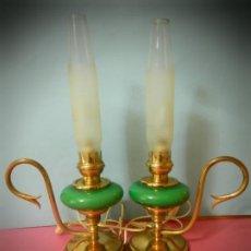 Antigüedades: LAMPARAS ANTIGUAS OPALINAS VERDE VINTAGE. FUNCIONAN FORMA DE QUINQUE. Lote 194384230