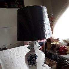 Antigüedades: MARAVILLOSA LAMPARA TIBOR DE PORCELANA EN BLANCO Y AZUL. Lote 194385662