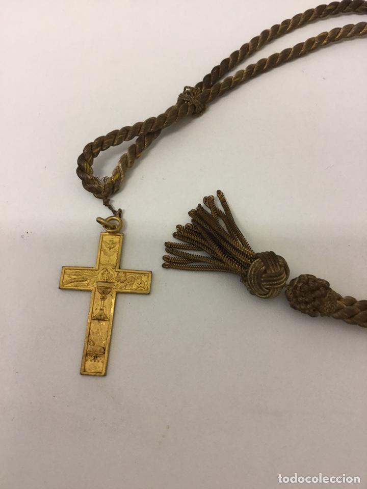 ANTIGUA CRUZ CORDÓN 1 ª COMUNION (Antigüedades - Religiosas - Crucifijos Antiguos)