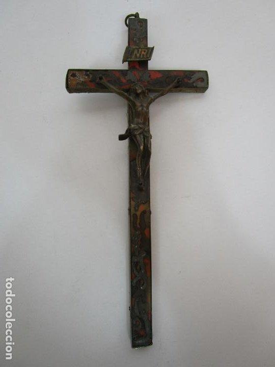 Antigüedades: Antiguo Crucifijo a la Cruz - Cruz de Madera, Carey y Latón - Cristo en Bronce - S. XVIII-XIX - Foto 2 - 213602137