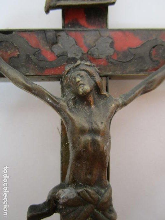 Antigüedades: Antiguo Crucifijo a la Cruz - Cruz de Madera, Carey y Latón - Cristo en Bronce - S. XVIII-XIX - Foto 4 - 213602137