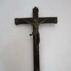 Antigüedades: ANTIGUO CRUCIFIJO A LA CRUZ - CRUZ DE MADERA - CRISTO EN BRONCE - S. XVIII-XIX. Lote 194387250