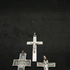 Antigüedades: LOTE DE COLGANTES ANTIGUOS, CRUCES DE PLATA. Lote 194389586