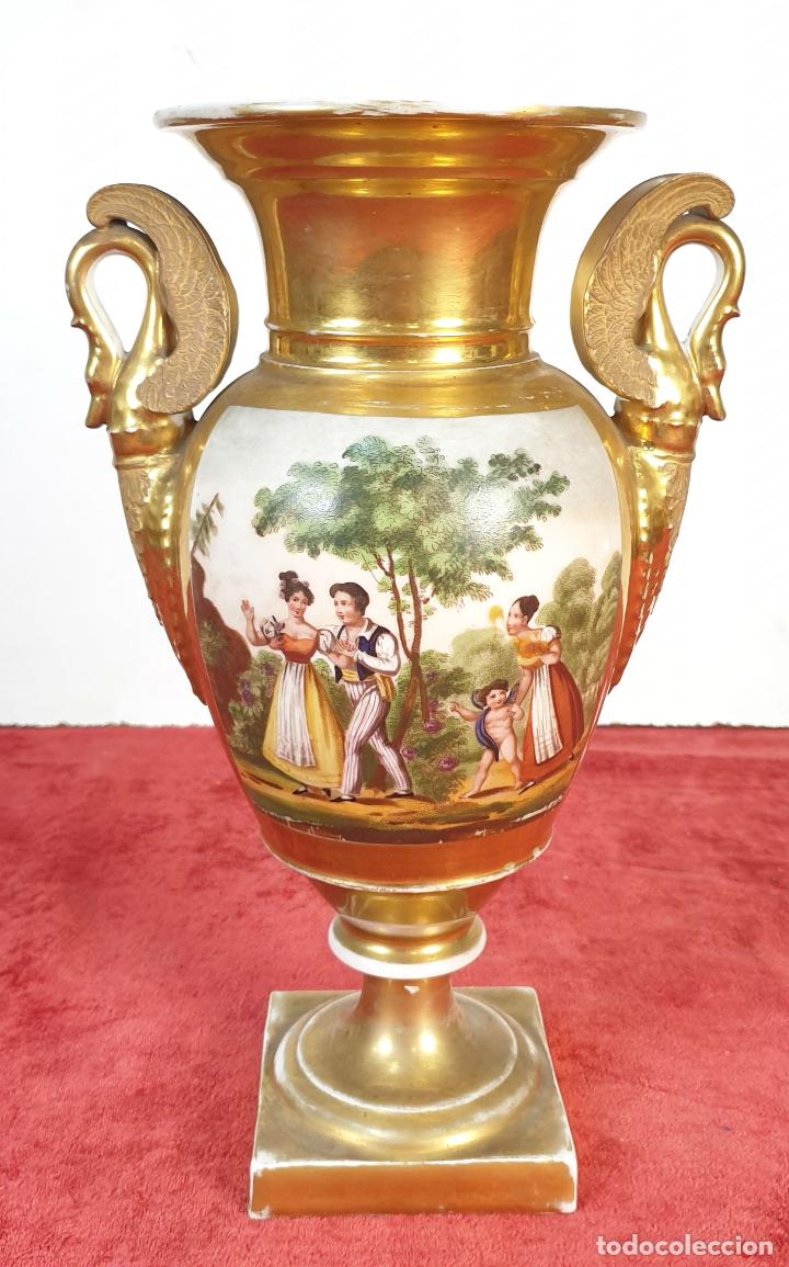 JARRÓN EN PORCELANA ESMALTADA. ESCENA GALANTE. VIEJO PARIS. FRANCIA. SIGLO XIX. (Antigüedades - Porcelana y Cerámica - Francesa - Limoges)
