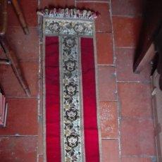 Antigüedades: TAPETE DECORADO CON FLORES TERCIOPELO HILO DE ORO. Lote 194393625