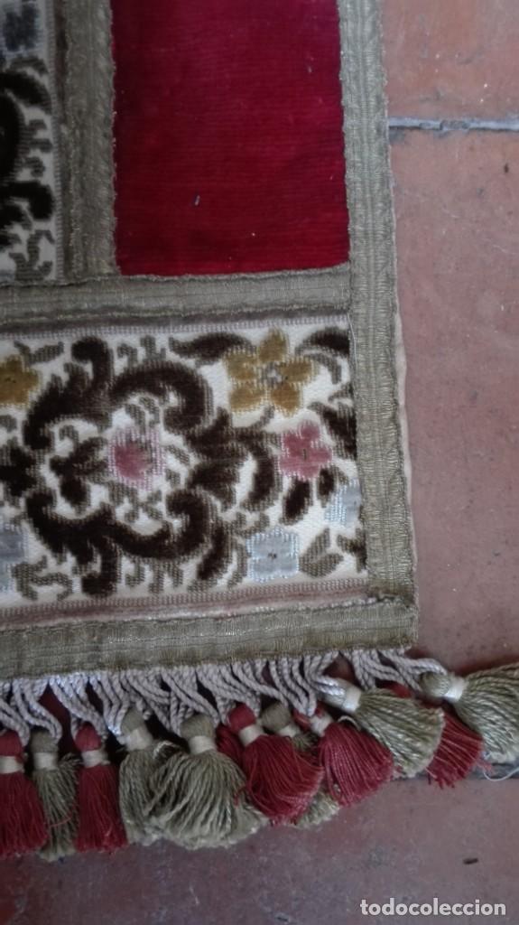 Antigüedades: Tapete decorado con flores terciopelo hilo de oro - Foto 2 - 194393625