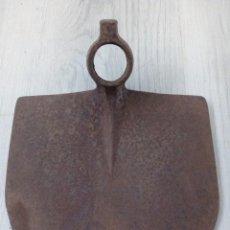 Antigüedades: AZADÓN GRANDE DE FORJA. Lote 194402711