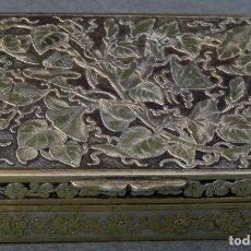 Antigüedades: CAJA PASTILLERO EN PLATA Y PLATA DORADA CINCELADA PRINCIPIOS DEL SIGLO XIX. Lote 194405463