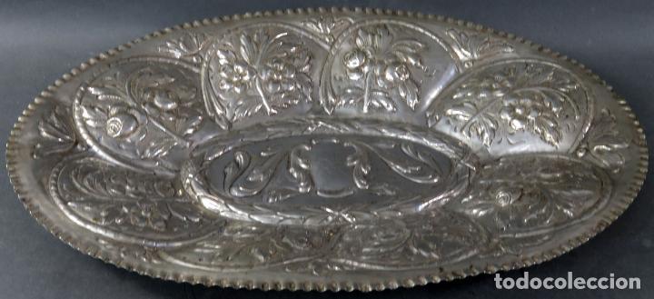 BANDEJA EN PLATA CINCELADA ESPAÑOLA SIGLO XVIII (Antigüedades - Platería - Plata de Ley Antigua)