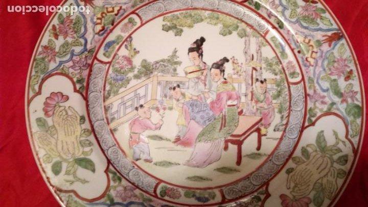 Antigüedades: PLATO DE COLGAR EN LA PARED CREO QUE CHINO PERO DE CALIDAD - Foto 4 - 194491095
