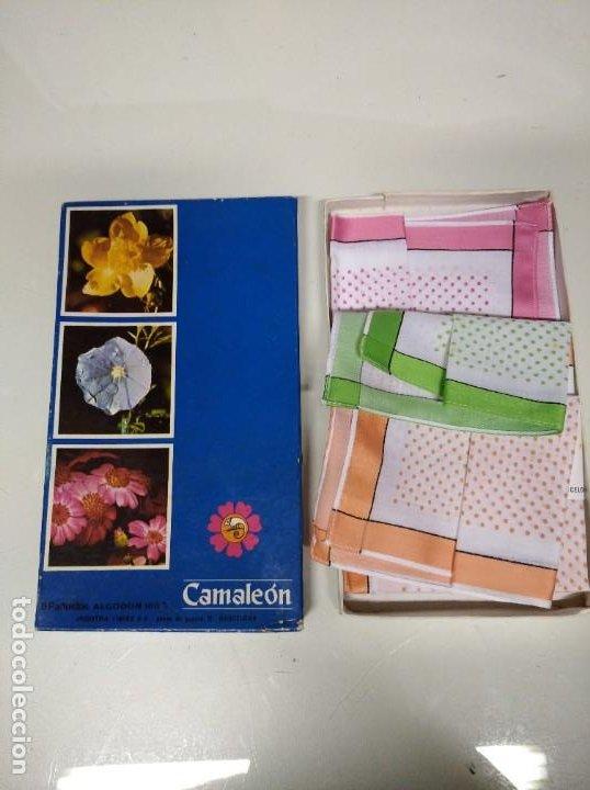 Antigüedades: Caja con 3 pañuelos fabricados en algodón 100%. Marca Camaleón, Industria Linera S.A. Años 60-70. - Foto 2 - 194492046