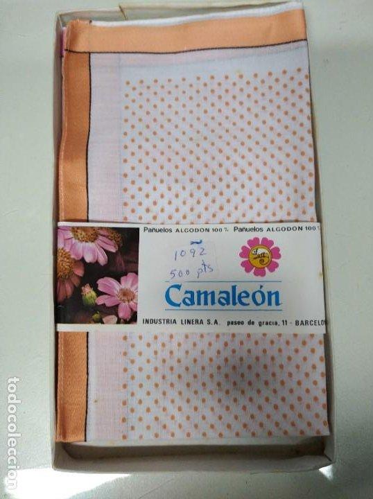 Antigüedades: Caja con 3 pañuelos fabricados en algodón 100%. Marca Camaleón, Industria Linera S.A. Años 60-70. - Foto 3 - 194492046